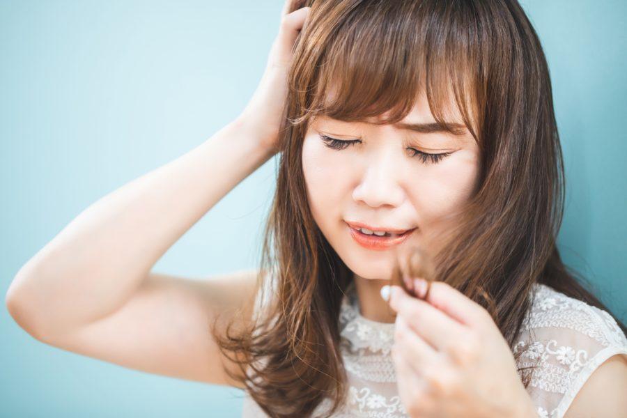梅雨・夏のくせ毛がまとまらない!うねり・広がりの原因とおすすめシャンプー9選